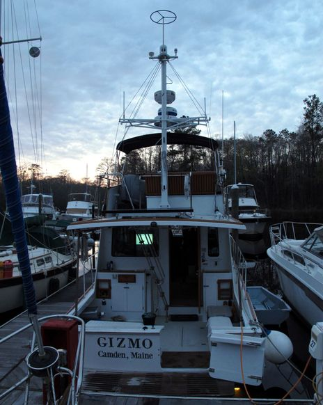 Gizmo_3-2013_new_antenna_rig_from_stern_cPanbo.jpg
