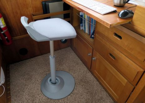 Muvman_sit-stand_stool_at_Gizmo_desk_cPanbo.jpg